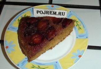 Пирог-перевертыш со сливами