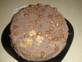 Торт из бисквитных коржей с орехами