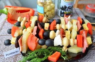 Канапе на шпажках с ананасами и беконом
