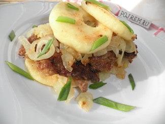 Жареная печенка с яблоками и луком
