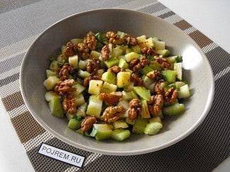Салат с сельдереем, яблоком и грецким орехом