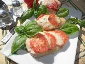 Куриное филе с моцареллой и помидорами на сковороде