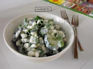 Салат из свежих огурцов с луком и творогом