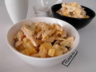 Салат с курицей, ананасом, грибами и сыром