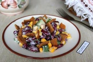 Салат с кукурузой, фасолью и сухариками