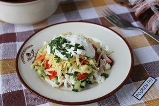 Салат с ветчиной, сыром, огурцом и яйцом