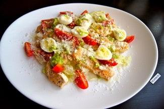 Салат овощной с куриной грудкой