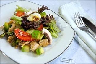 Салат со свежими шампиньонами и курицей