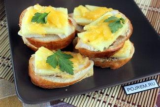 Горячие бутерброды с ананасом и сыром