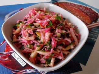 Салат из квашеной капусты с яблоком и клюквой
