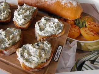 Бутерброды с сыром фета, зеленью и чесноком