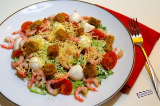 Салат с креветками, сыром и помидорами черри