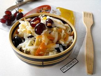 Салат с квашеной капустой, виноградом, яблоком и изюмом