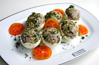 Яйца, фаршированные грибами с луком