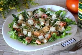 Салат цезарь с креветками и соевым соусом