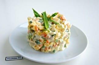 Салат с кальмарами, сыром и яйцами