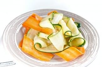 Салат из свежих кабачков и моркови с чесноком