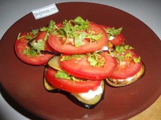 Закуска из жареных баклажан с чесноком и помидорами