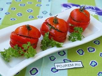 Быстрые маринованные помидоры с чесноком и зеленью