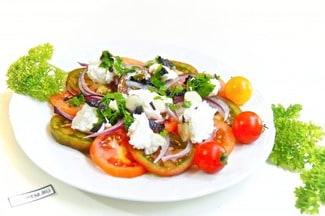 Салат из помидоров с творогом и зеленью