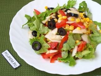 Салат с листьями салата, кукурузой и яблоком