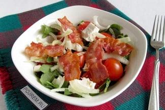 Салат с рукколой, помидорами черри и сыром