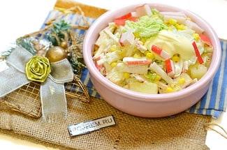 Салат с пекинской капустой, крабовыми палочками, кукурузой и ананасами