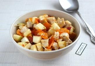 Салат с яблоками, курицей и хурмой