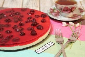Торт с вишней и печеньем без выпечки