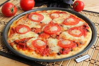 Пицца маргарита с моцареллой и помидорами