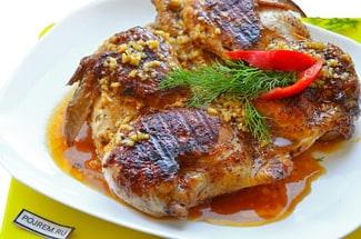 Цыпленок табака на сковороде под прессом
