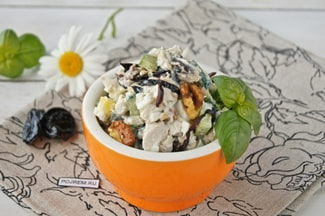 Салат с курицей, огурцами, черносливом и грецкими орехами