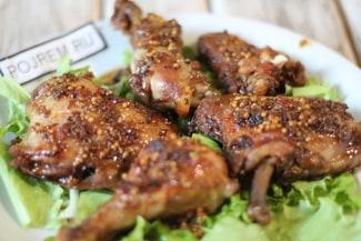 Курица, маринованная кусочками в соевом соусе, в рукаве в духовке