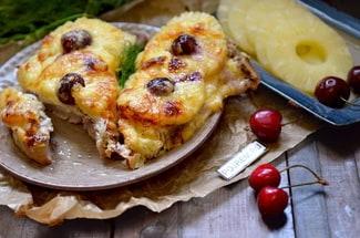 Мясо по-французски с ананасами в духовке