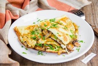 Омлет с грибами на сковороде