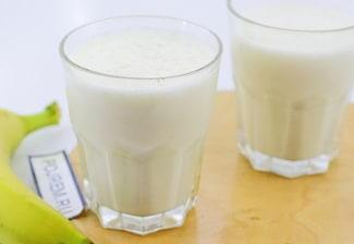 Банановый молочный коктейль с мороженым в блендере