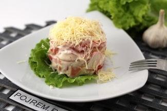 Крабовый салат с помидорами