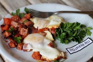 Яичница с помидорами и колбасой