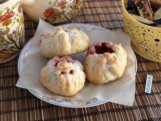Пирожки из слоёного теста с замороженными ягодами