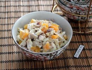 Салат с маринованным луком, курицей и сыром