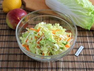 Салат со свежей капустой, морковью и яблоком