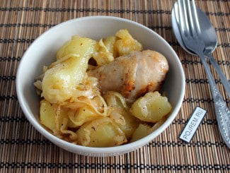 Тушеная курица с картошкой на сковороде