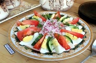 Салат из редиски с огурцами и помидорами