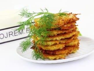 Драники с луком, картошкой и сыром на сковороде