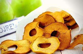 Больше не покупаю магазинные сладости: делюсь рецептом вкусных и полезных яблочных чипсов