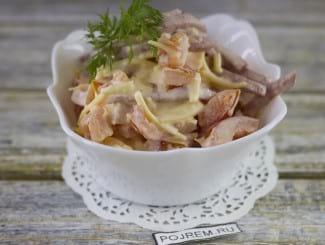 Грузинский салат с колбасой и помидорами