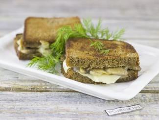 Горячие бутерброды с грибами и сыром на сковороде