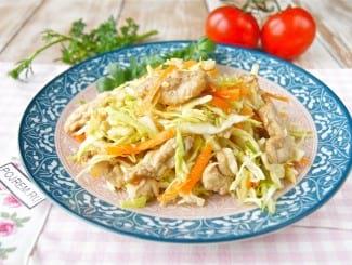 Салат с белокочанной капустой, морковью и курицей
