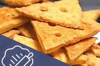 Сырные крекеры проще простого. Всего 3 ингредиента и полчаса времени.