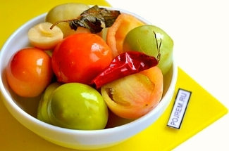 Зеленые помидоры у меня не пропадают — заготавливаю их бабушкиным способом. Съедаются первей спелых